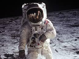 Massa astronot di bumi dan di bulan sama, sedangkan beratnya di bumi dan di bulan berbeda